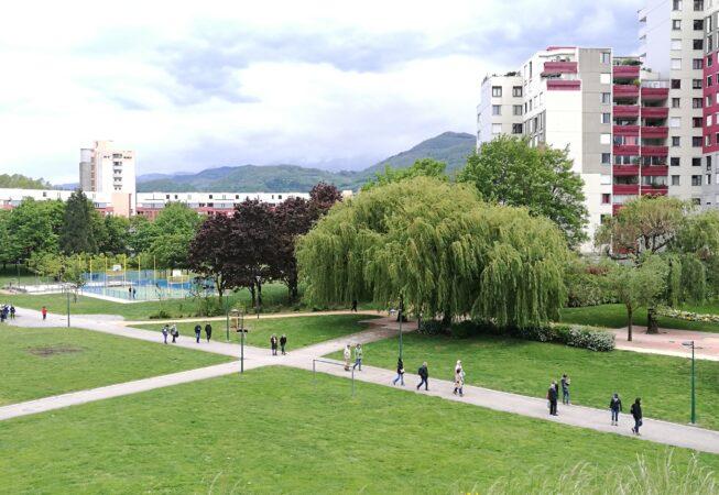 """Vista da una """"duna"""" del Parc de L'Arlequin, Villeneuve nei pressi di Grenoble. Progetto di M. Corajoud."""